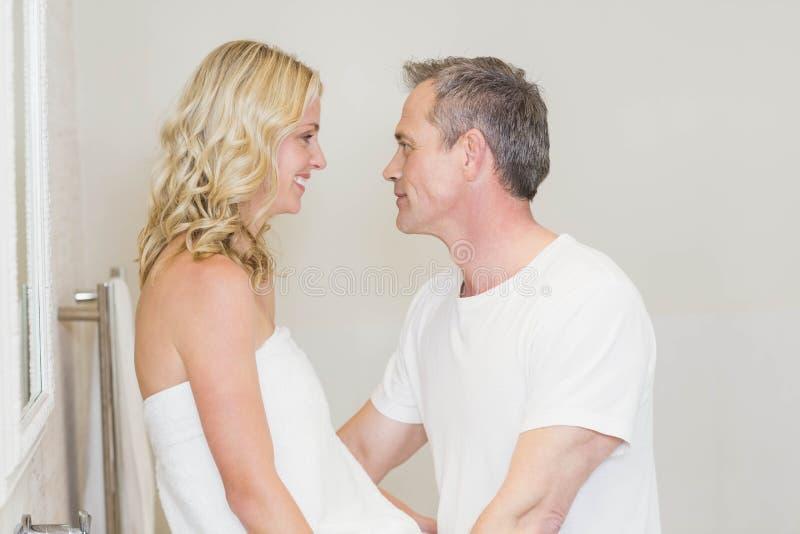 Gulliga par omkring som ska kyssas royaltyfria foton