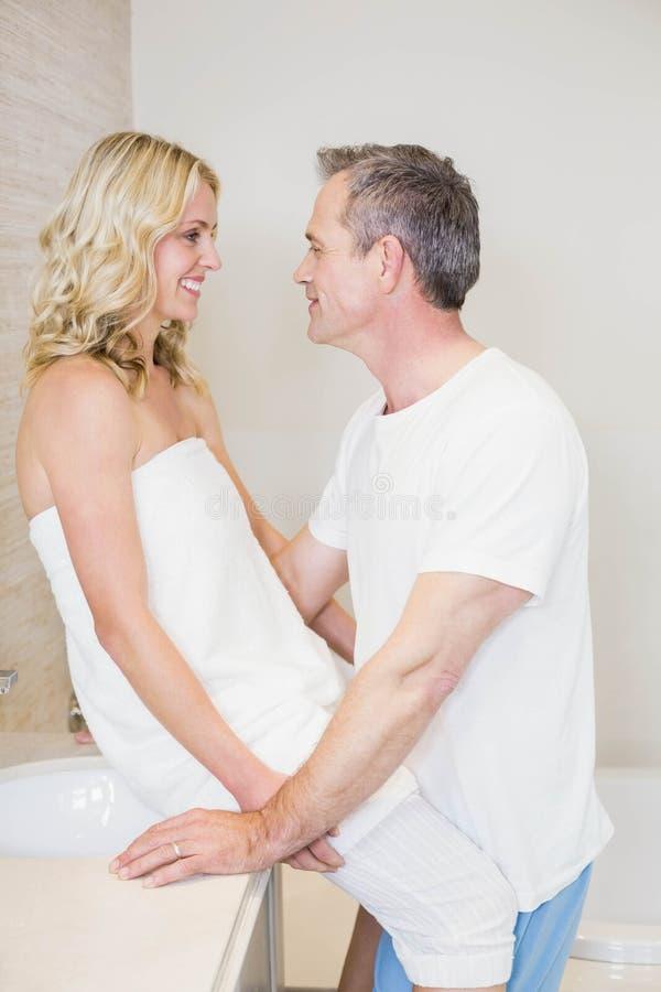 Gulliga par omkring som ska kyssas arkivfoto