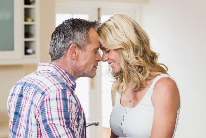 Gulliga par omkring som ska kyssas arkivbilder