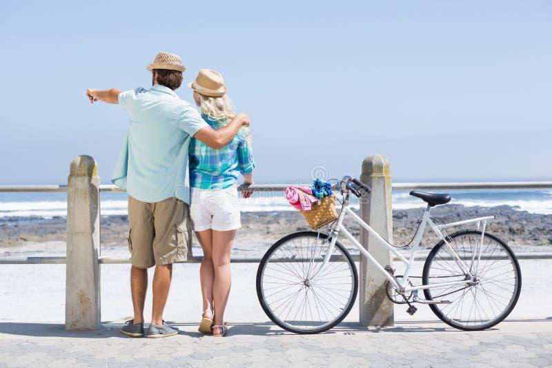 Gulliga par på en cykelritt royaltyfria foton