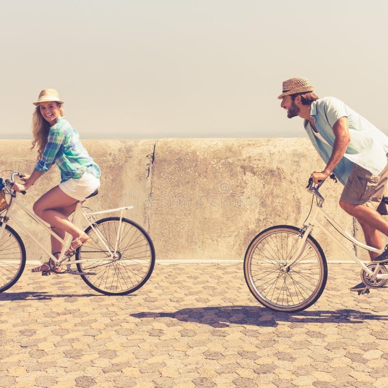 Gulliga par på en cykelritt arkivfoton