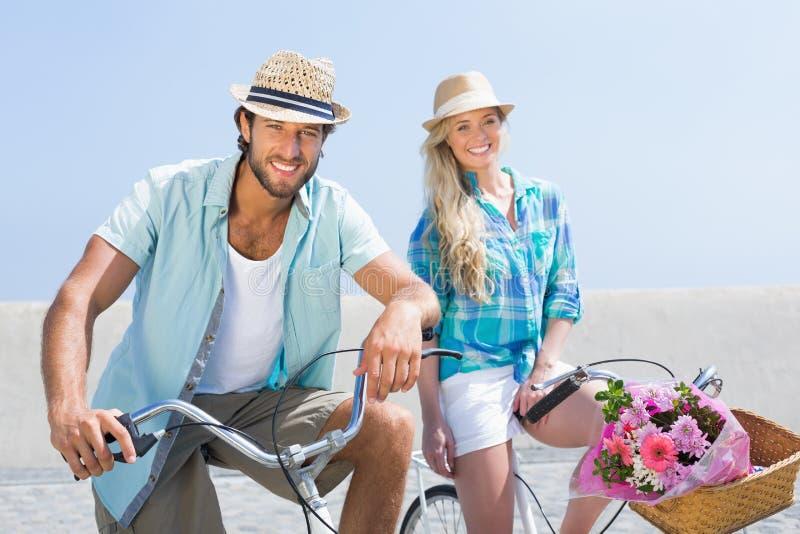 Gulliga par på en cykelritt royaltyfri bild
