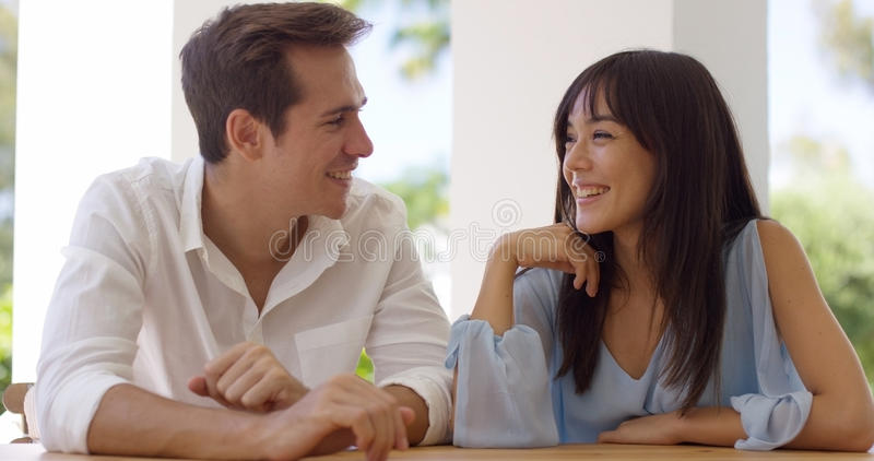 Gulliga par på ett datum arkivfoton