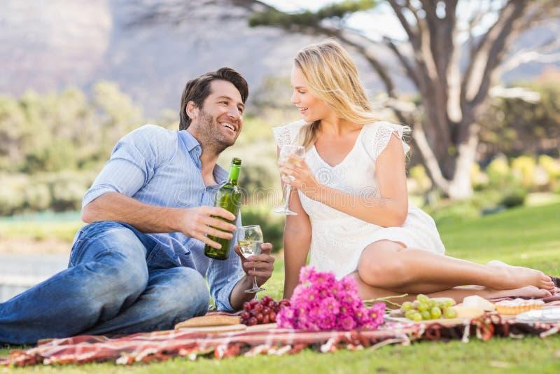 Gulliga par på hållande exponeringsglas för datum av vin royaltyfria foton