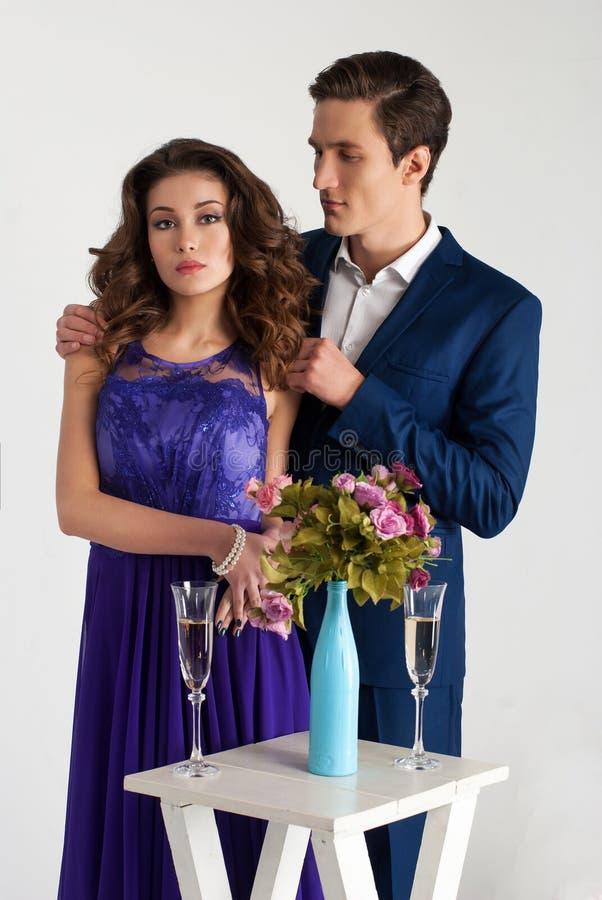 Gulliga par som är godlynta med champagneexponeringsglas fotografering för bildbyråer