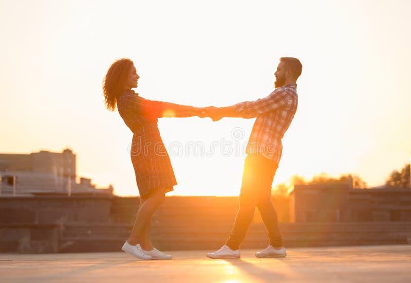 Gulliga par som spenderar tid och dans i staden arkivbilder