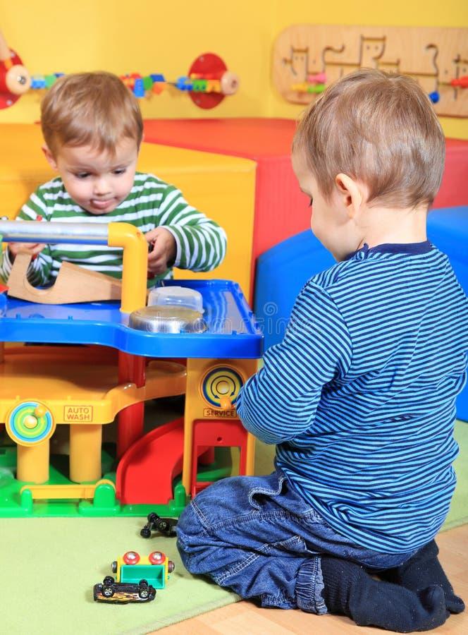 Gulliga pojkar som leker i dagis arkivfoton