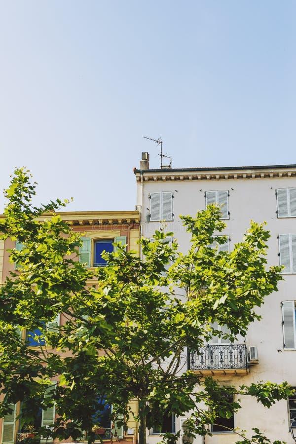 Gulliga Provencal stilhus i Cannes med det typiska franska sh arkivfoto