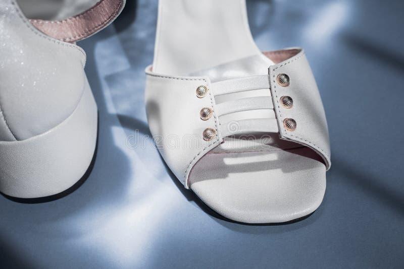 Gulliga sandaler, skugga av fönstret royaltyfria foton
