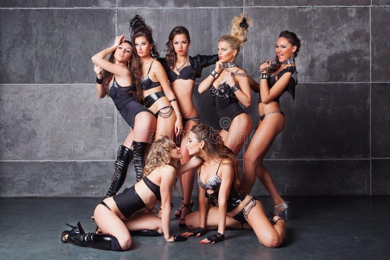 Gulliga sju gå-går sexiga flickor i svart med diamanter royaltyfri fotografi