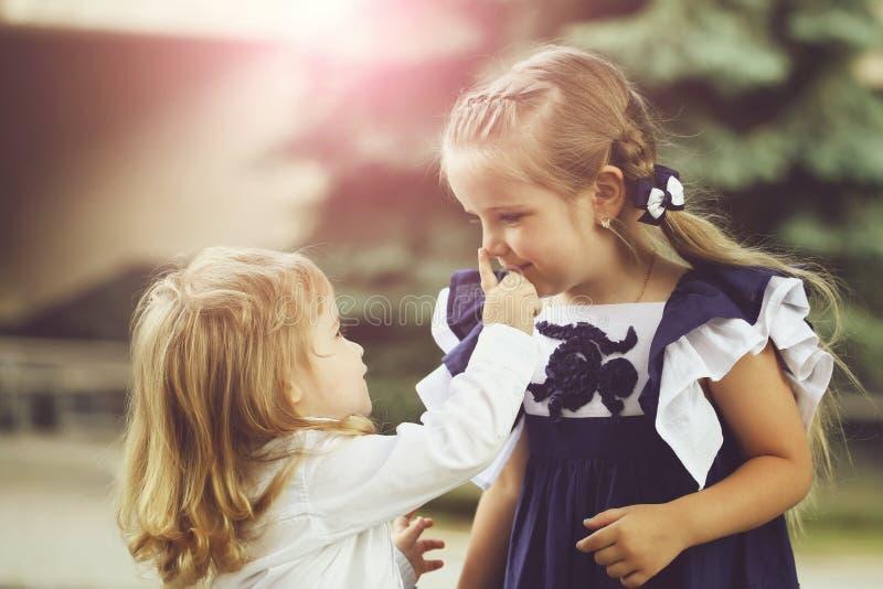 Gulliga små barn royaltyfria bilder