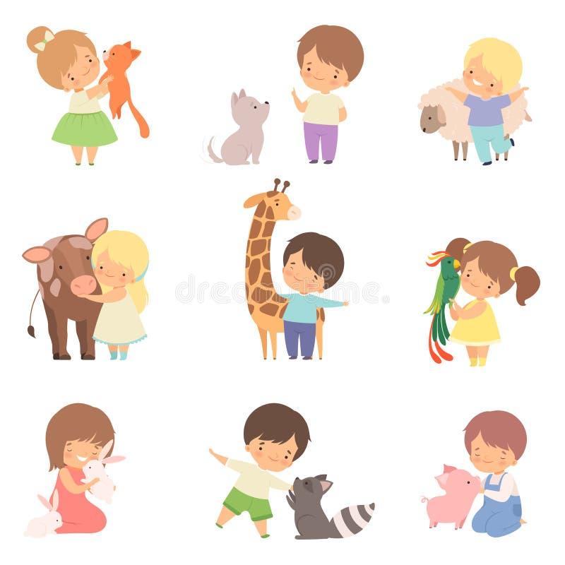 Gulliga små barn som spelar med att spela och att krama djur, unge som påverkar varandra med djuret i vektor för kontaktzooteckna royaltyfri illustrationer
