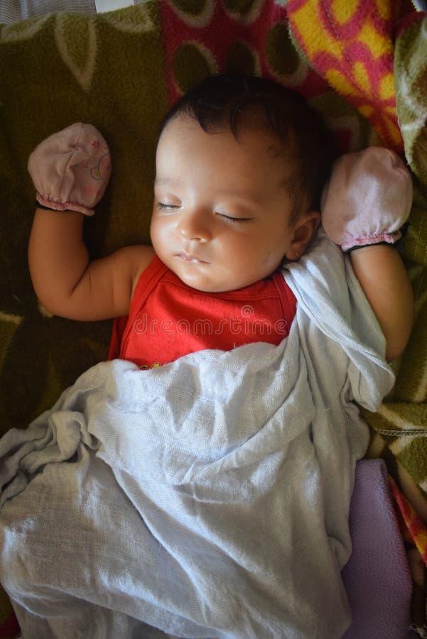 Gulliga små behandla som ett barn att sova hemma arkivfoton