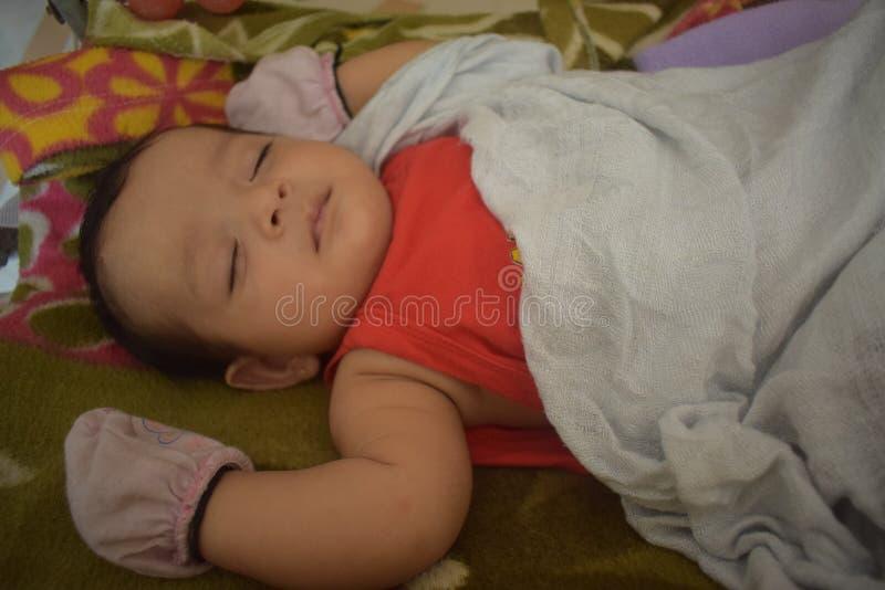Gulliga små behandla som ett barn att sova hemma royaltyfri bild