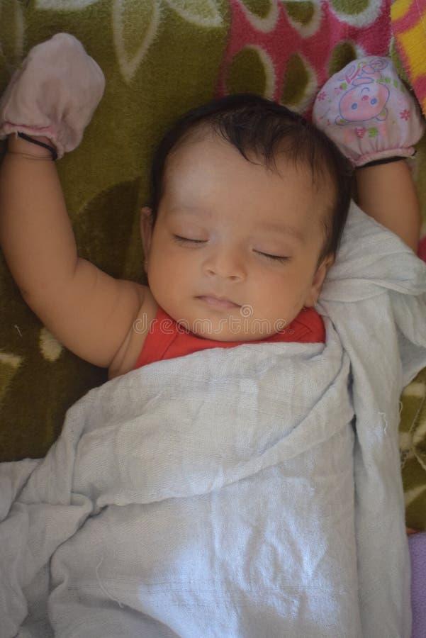 Gulliga små behandla som ett barn att sova hemma royaltyfria foton