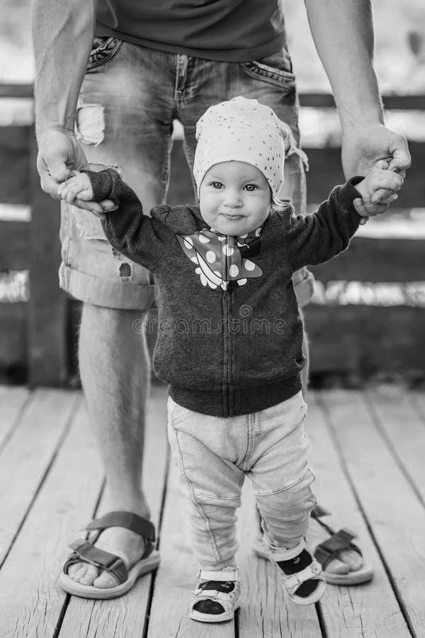 Gulliga små behandla som ett barn flickan går på med föräldern royaltyfri bild