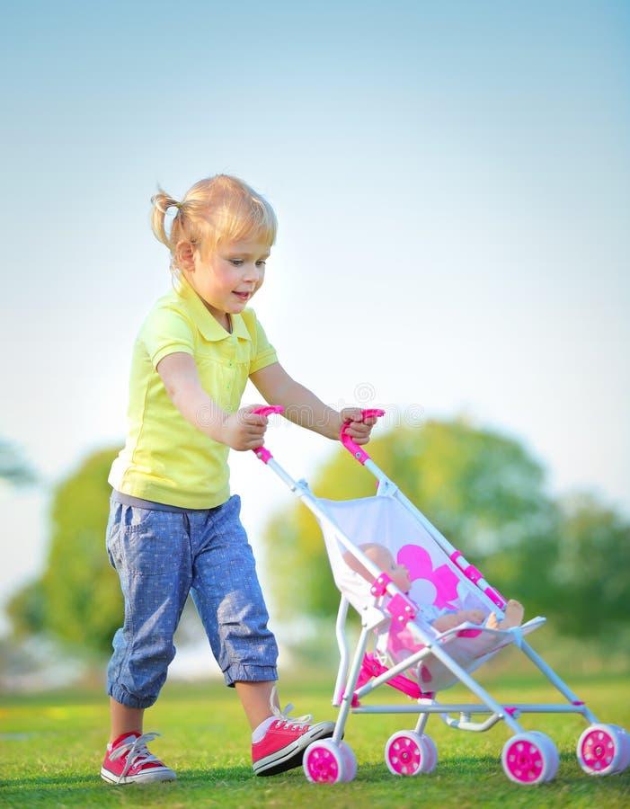 Gulliga små behandla som ett barn flickan utomhus arkivbilder