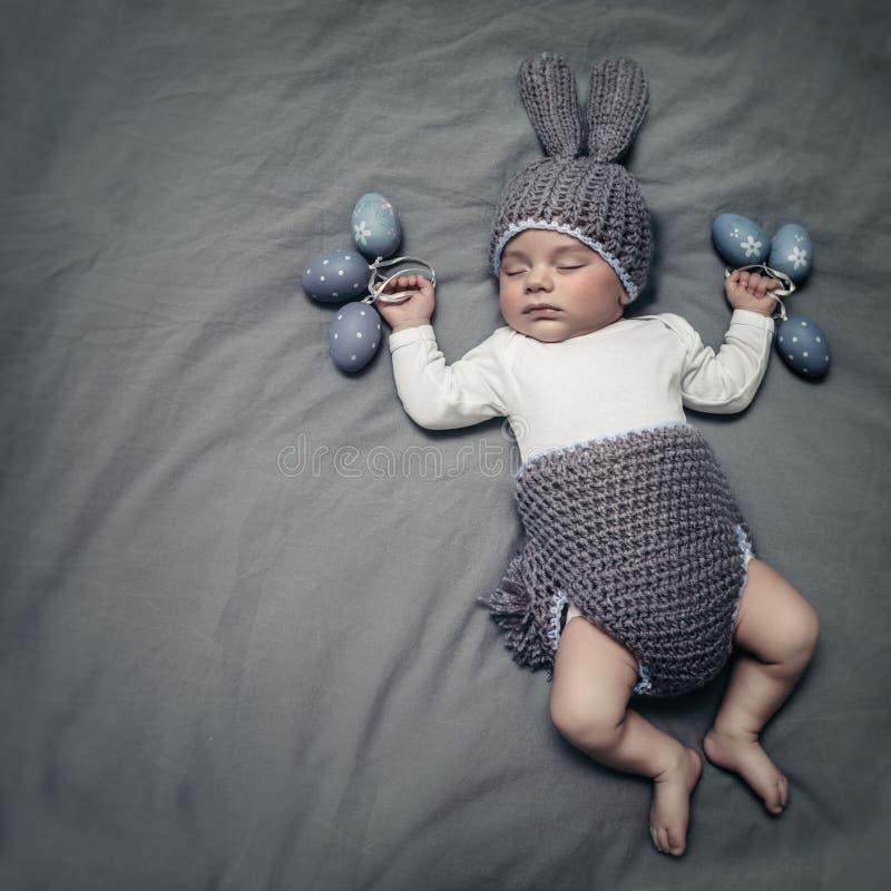 Gulliga små behandla som ett barn klätt som en påskkanin arkivbilder