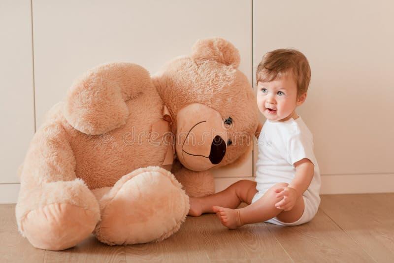 Gulliga små behandla som ett barn pojken med den stora nallebjörnen royaltyfria foton