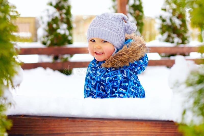 Gulliga små behandla som ett barn pojken på vintern går parkerar in arkivbilder