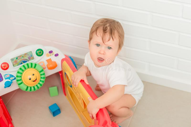 Gulliga små behandla som ett barn pojken som spelar med den developping leksaken arkivfoto