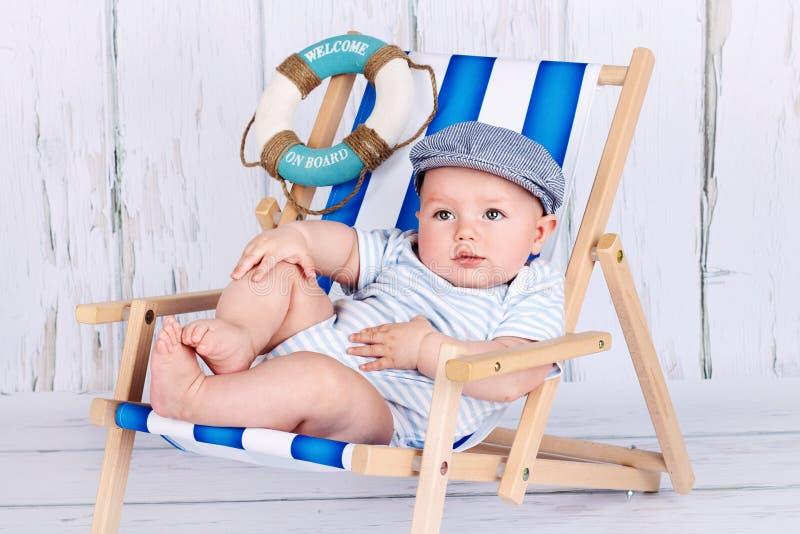 Gulliga små behandla som ett barn pojkesammanträde på sunbed royaltyfri foto