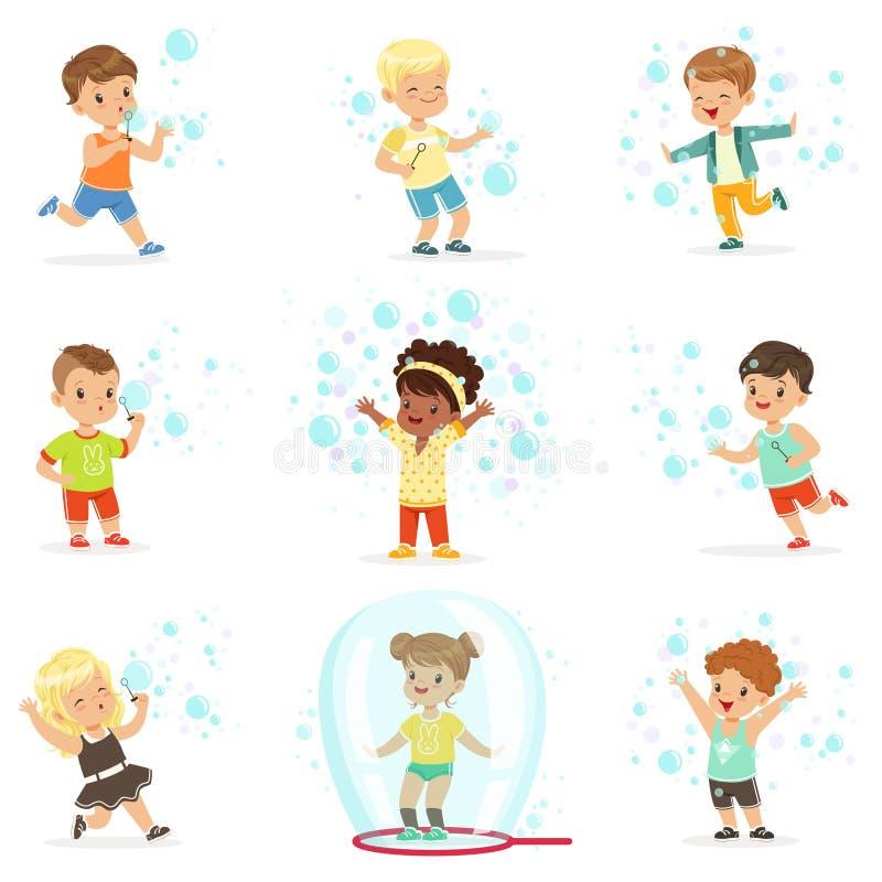 Gulliga små flickor och pojkar som blåser och spelar såpbubblor royaltyfri illustrationer