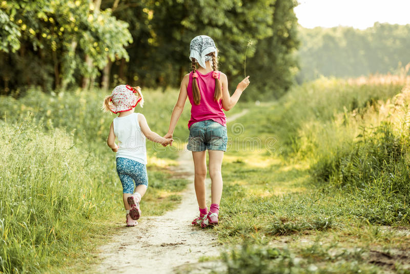 Gulliga små flickor på skogen arkivfoto
