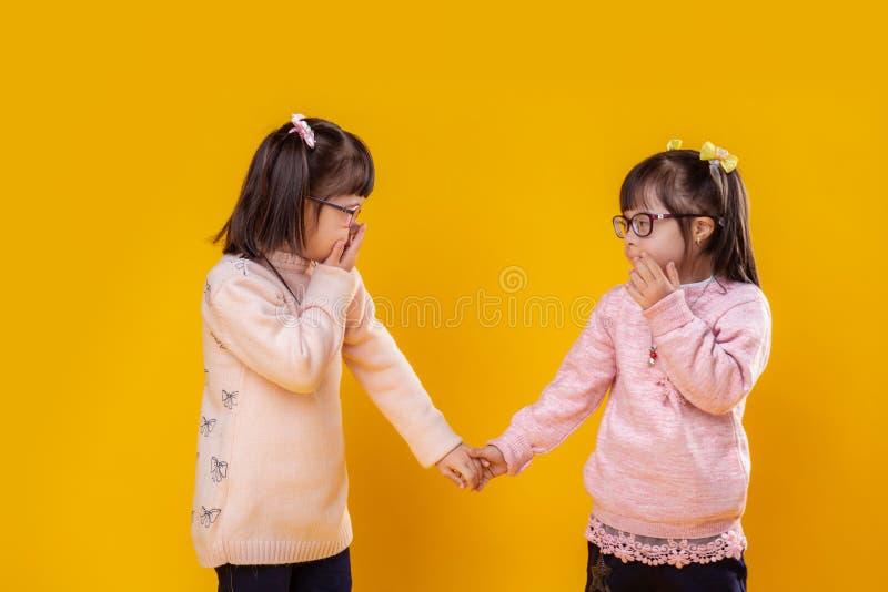 Gulliga små flickor som lider från kromosomabnormitet royaltyfri foto