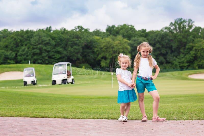 Gulliga små gilrs på golfbanan arkivfoton