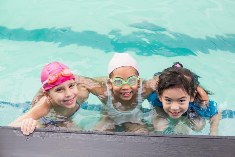 Gulliga små ungar i simbassängen royaltyfria bilder