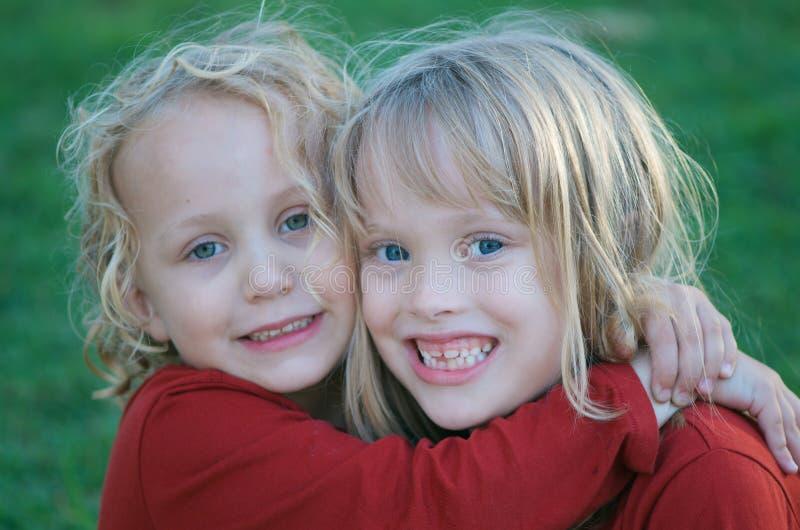 gulliga systrar fotografering för bildbyråer