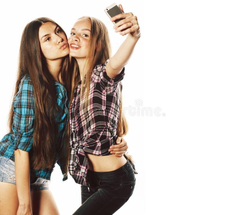 Gulliga ton?rs- flickor som g?r isolerad selfie arkivfoton