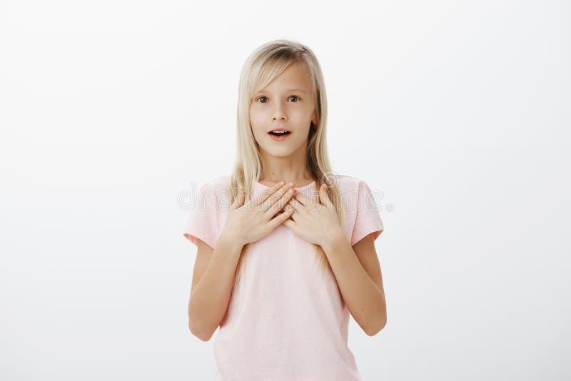 Gulliga ung flickadrömmar blir aktrins, när väx upp Inomhus skott av det förvånade häpna förtjusande barnet med ganska hår royaltyfria bilder