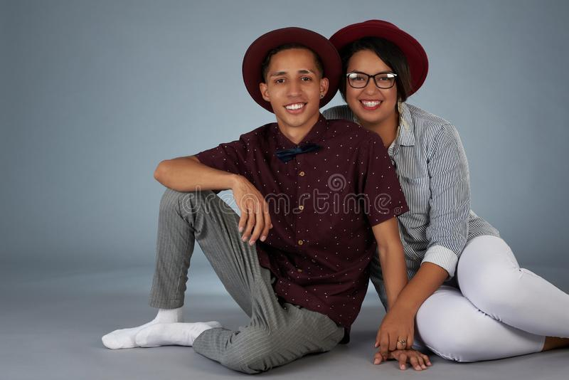 Gulliga unga latinamerikanska par royaltyfria bilder