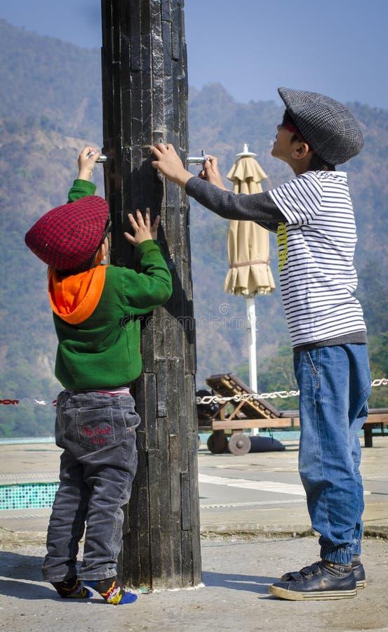 Gulliga ungar som bär lock och har gyckel royaltyfria foton