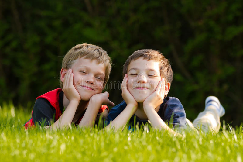 Barn i en äng arkivfoto