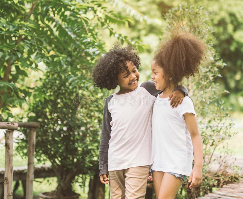 Gulligt afrikansk amerikanbarnkamratskap arkivbild