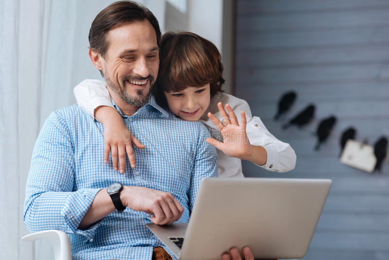 Gulligt angenämt barn som säger hälsningar arkivfoton