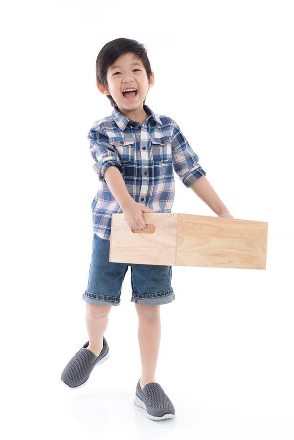 Gulligt asiatiskt barn som rymmer den tomma träasken royaltyfria bilder