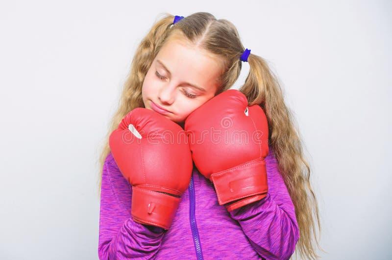 Gulligt barn f?r flicka med r?da handskar som poserar p? vit bakgrund Sportuppfostran Uppfostran f?r ledare Stark barnboxning royaltyfri foto