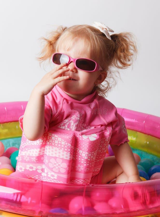 Gulligt barn i en skyddande baddräkt arkivbild