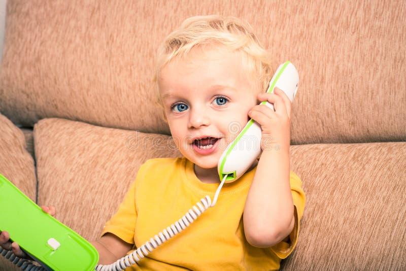 Gulligt barn på telefonen royaltyfri fotografi