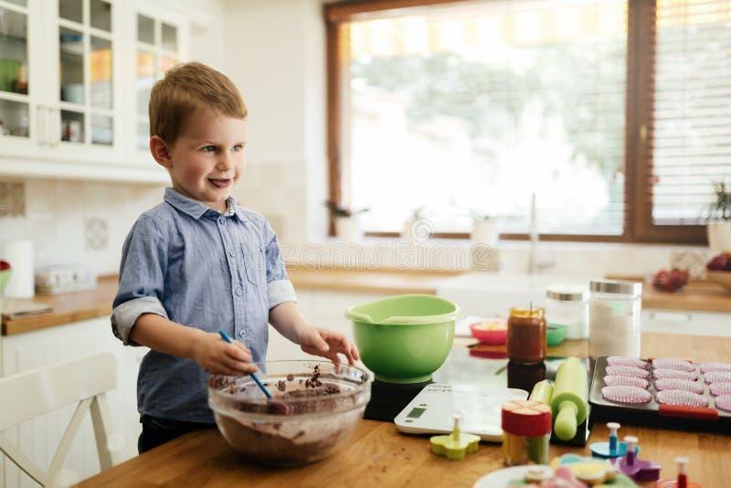 Gulligt barn som lär att bli en kock fotografering för bildbyråer