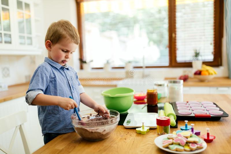 Gulligt barn som lär att bli en kock arkivbilder
