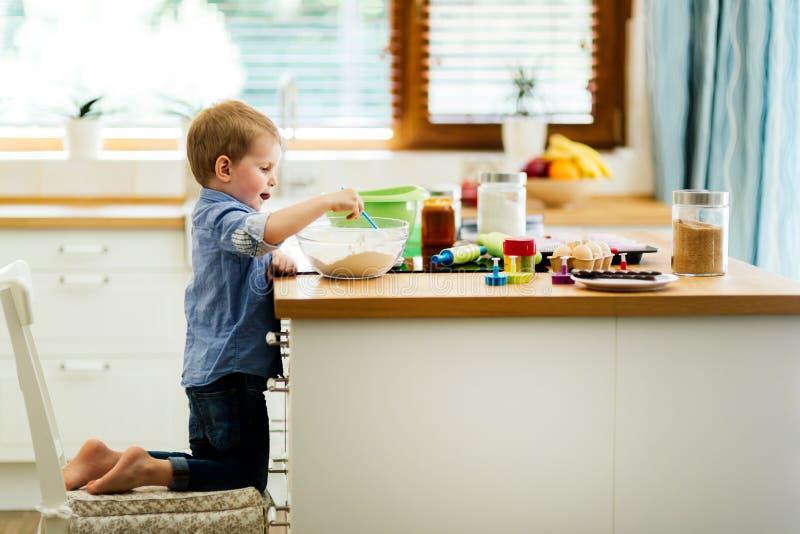 Gulligt barn som lär att bli en kock sedan åldern av 2 royaltyfria bilder