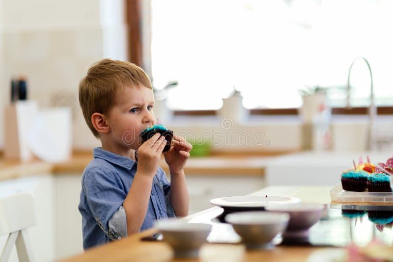 Gulligt barn som lär att bli en kock sedan åldern av 2 royaltyfri bild