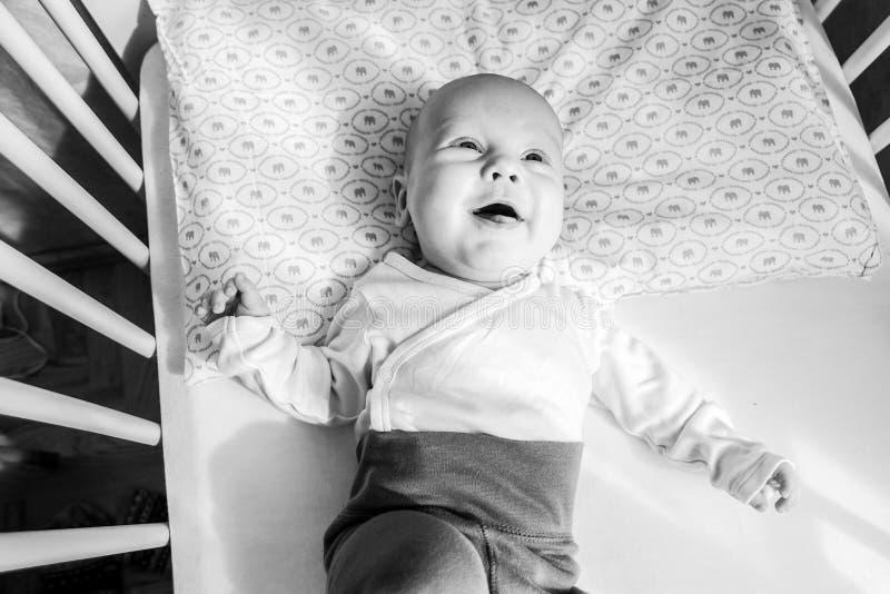 Gulligt behandla som ett barn att ligga för pojke som är lyckligt royaltyfria bilder
