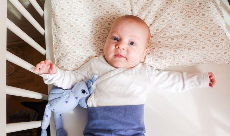 Gulligt behandla som ett barn att ligga för pojke fotografering för bildbyråer