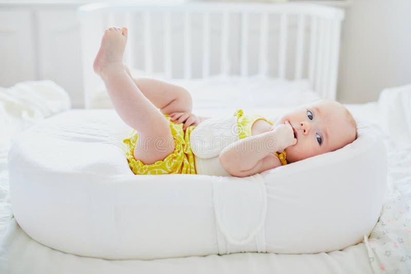 Gulligt behandla som ett barn flickan som ligger i kokong royaltyfri fotografi